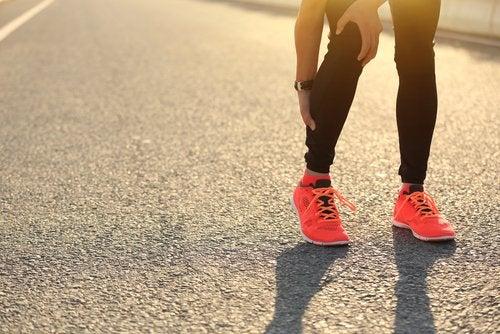 Crampele la picioare pot avea mai multe cauze