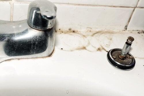 Cureți robinetele cu 5 trucuri simple