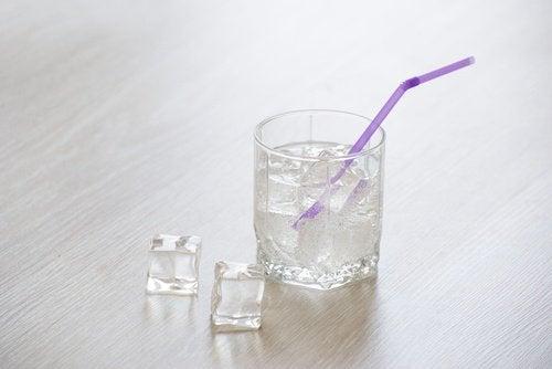 Gheața în băuturi poate transmite bacterii