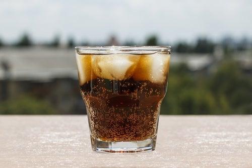 Gheața în băuturi contaminează