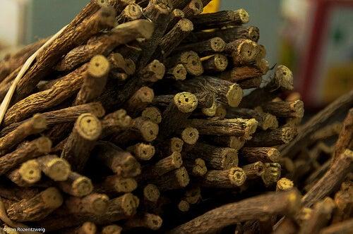 Obiceiul de a mesteca lemn dulce previne rosul unghiilor