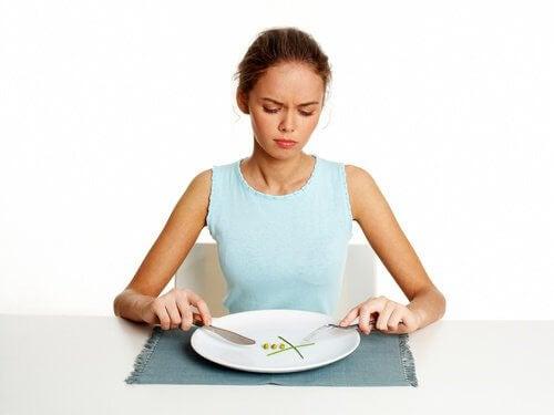 Obiceiul de a sări peste micul dejun nu ajută la slăbire