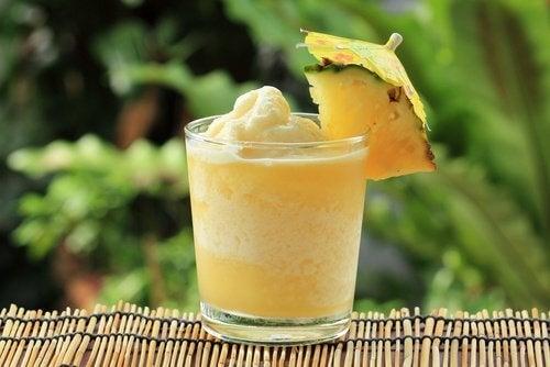 Îți reglezi digestia cu smoothie de ananas
