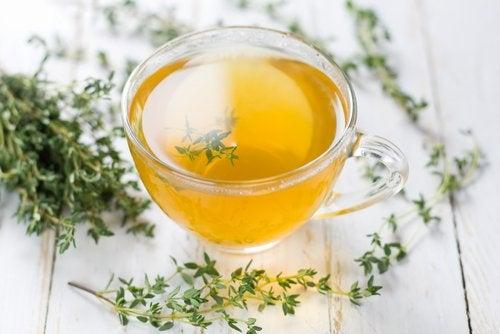 Remedii naturale pentru faringită precum ceaiul de cimbru