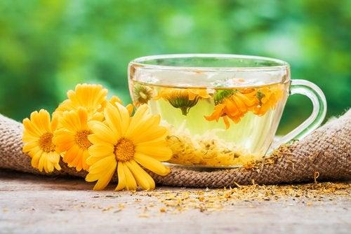 Remedii naturale pentru faringită precum ceaiul de gălbenele