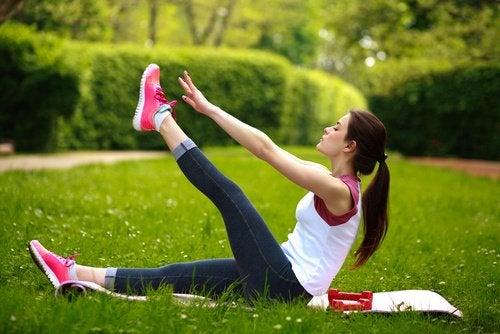 Remedii naturiste pentru durerile lombare aplicate în aer liber