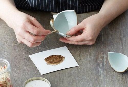 Tehnica Kintsugi este ideală pentru a repara obiectele ceramice sparte