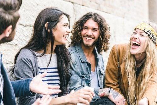Terapia prin râs oferă numeroase beneficii pentru sănătate