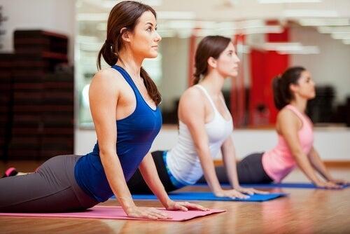 Yoga prezintă numeroase beneficii emoționale