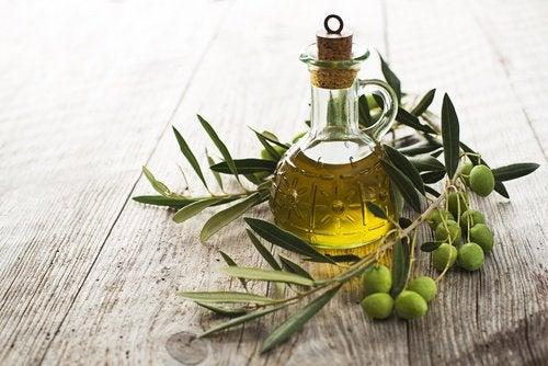 Și uleiul de măsline este util pentru a trata căderea părului