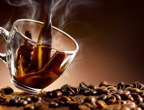 Posibile cauze ale gazelor intestinale precum consumul de cafea