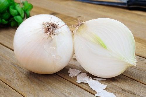 Ceapa, usturoiul și lămâia au proprietăți benefice pentru organism