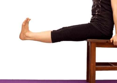 Extensii pe scaun care întăresc genunchii cu leziuni
