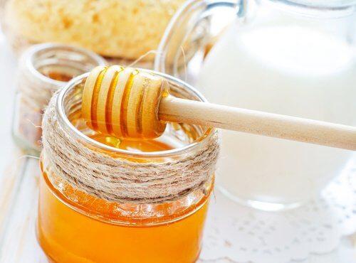 Miere de albine în măști de păr hidratante