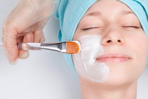 Ingrediente ca aspirina și iaurtul te ajută să elimini petele de pe față
