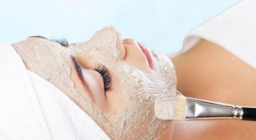 Tratamentele naturale sunt ideale pentru a elimina petele de pe față