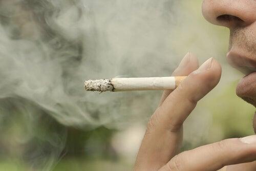 Bărbat fumând