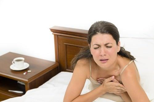 Femeie manifestând simptome ale problemelor pulmonare
