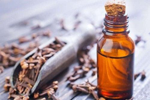 Remedii naturale pentru gingiile inflamate precum uleiul de cuișoare