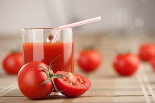 Sucul de roșii micșorează porii dilatați
