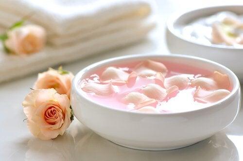 Uleiul de trandafiri diminuează petele de pe față