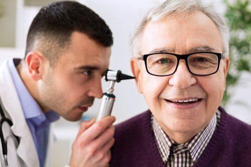 Auzul se poate deteriora pe măsură ce îmbătrânim