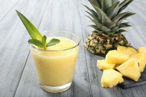 Un smoothie cu căpșune și ananas poate fi servit în orice parte a zilei
