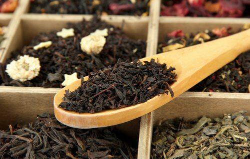 Ceaiul negru acoperă firele albe apărute prematur