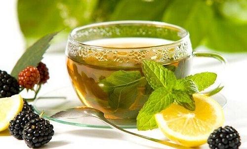 Printre altele, ceaiul verde poate fi combinat cu zeamă de lămâie