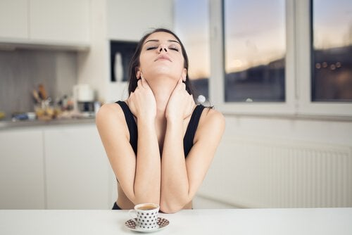 O hidratare corespunzătoare previne ridurile de pe gât
