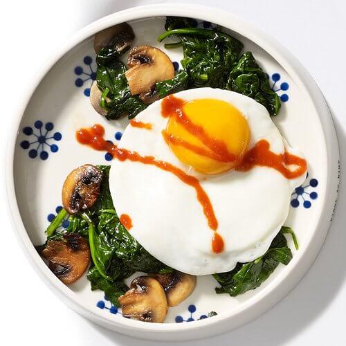 Consumă alimente pe stomacul gol ce îți fac bine, precum ouăle