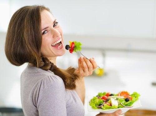 Cum previi retenția de apă cu salate