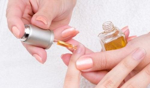 Remediu pentru unghii cu usturoi și ulei