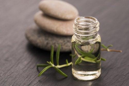 Rozmarinul poate fi folosit la prepararea unui deodorant natural