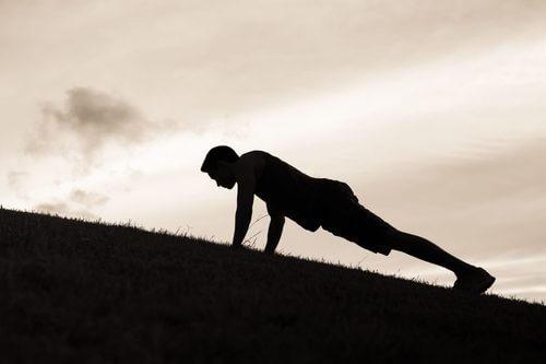 Scândura este un exercițiu eficient pentru un abdomen plat