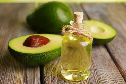 Uleiul de avocado elimină ridurile de pe gât
