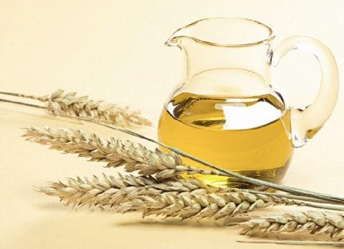 Uleiul din germeni de grâu trebuie aplicat pe păr în cantități moderate