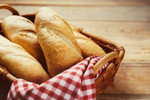 Câțiva biscuiți fără gluten și lactoză pot înlocui pâinea clasică