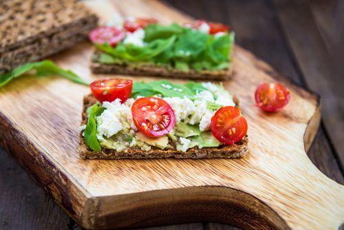 Biscuiți fără gluten și lactoză cu diverse topping-uri