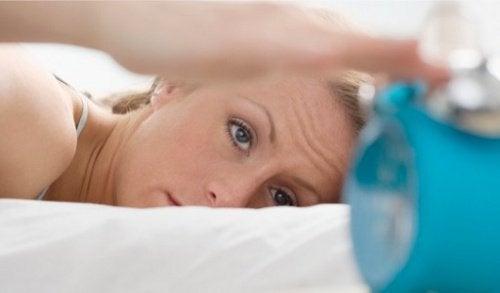 Lipsa de somn este una dintre principalele cauze ale ticurilor oculare