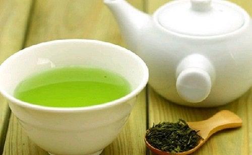 Ceaiul verde printre cele mai bune tratamente interne pentru acnee
