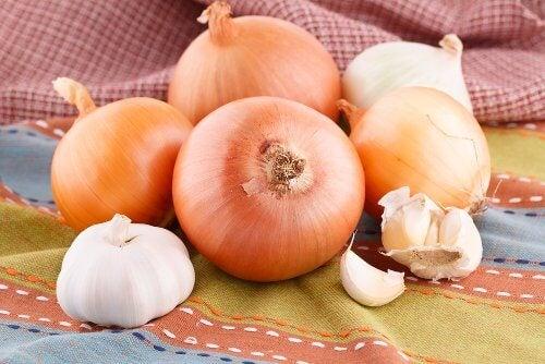 Cu ceapă și usturoi poți prepara un remediu pentru combaterea tusei