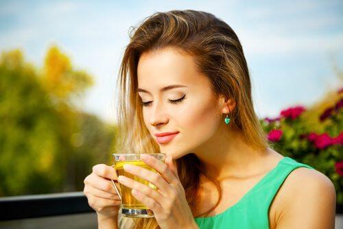Unul dintre cele mai bune ceaiuri energizante este de mentă și sunătoare
