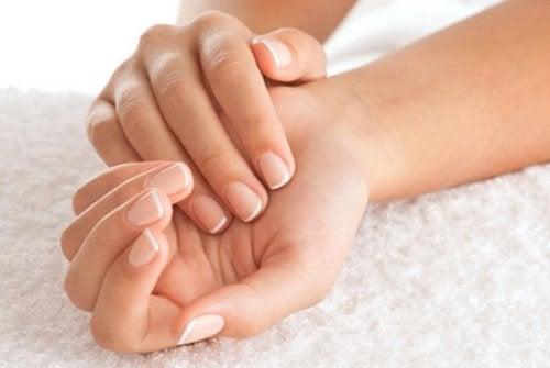 Trebuie să știi cum să previi unghiile încarnate de la mâini
