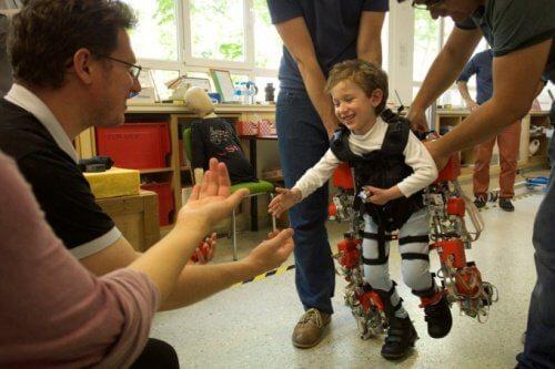 A fost creat un exoschelet pentru copiii paraplegici