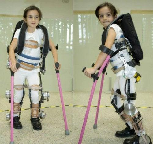 Acest exoschelet pentru copiii paraplegici i-ar putea ajuta să meargă