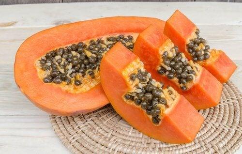 Măști faciale cu fructe precum papaya