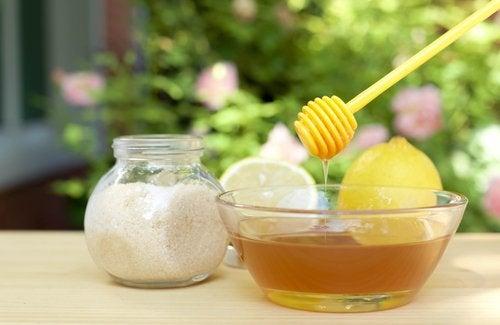 Remediu cu miere și lămâie pentru estomparea ridurilor