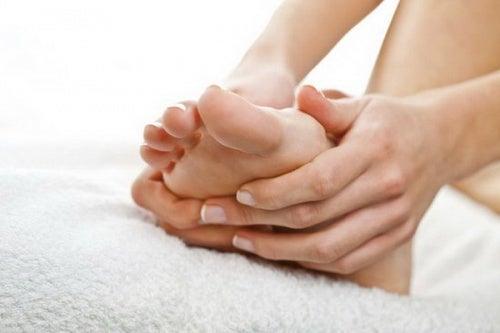 Picioarele umflate pot fi un indiciu că ai probleme cu inima