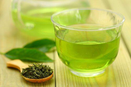 Ceaiul verde stimulează reducerea aspectului celulitei